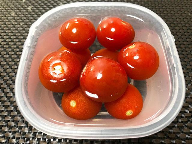 水に入れたトマト